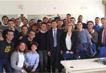 Thomas-Miao,-CEO-di-Huawei-Italia,-e-gli-studenti-del-nuovo-corso-di-laurea-in-Digital-Engineering