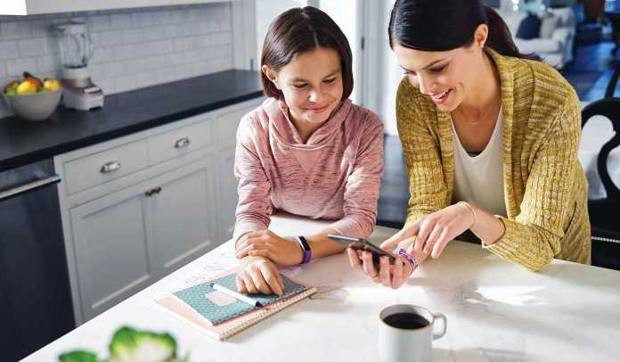Fitbit_Ace_Lifestyle_MotherDaughter_Kitchen_PhoneSetup