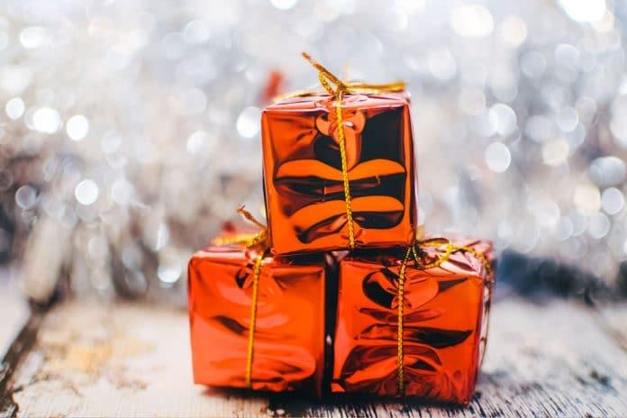 christmas-present-2178635_1920